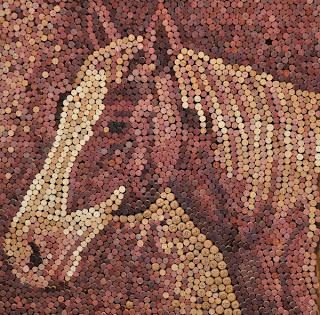 Retrato de caballo hecho con tapones de corcho reciclados