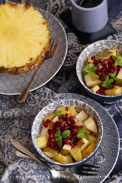Sałatka z gruszką, ananasem, granatem i miętą, czyli zdrowy deser pełen witamin
