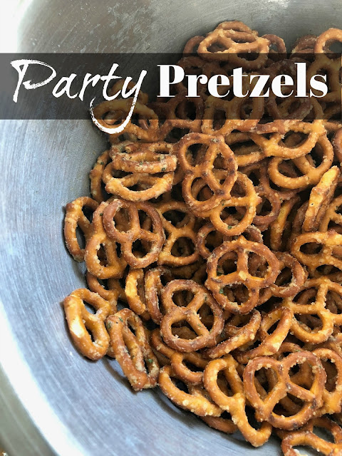 Party Pretzels--super simple ranch pretzels that are seriously addicting! | Cortneyandco.com