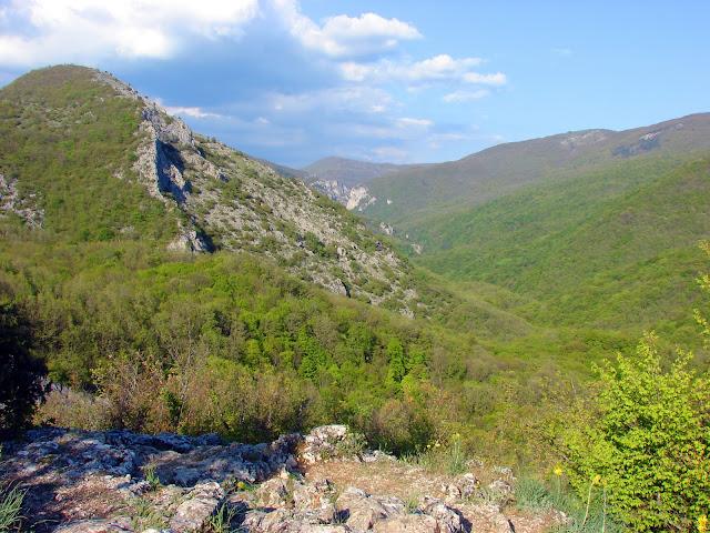 Каменный поворот над водопадом Серебряные струи