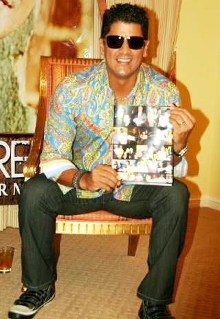 Foto de Eddy Herrera posando sentado