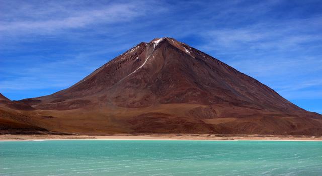 La Laguna Verde, vigilada por el volcán Licancabur