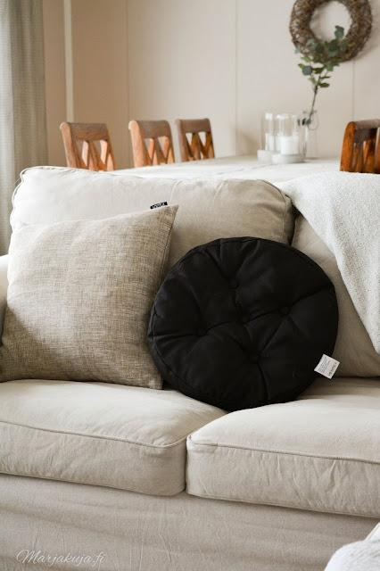 koti, olohuoneen sisustus, #olensisustaja, sisustus, olohuone, livingroom, kirppis, kirppislöytö, ektorp, ektorp sohva, pellava, skandinaavinen, detail, decoration