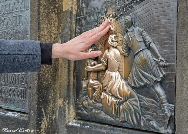 Praga, Ponte Carlo. Statua di San Giovanni Nepomuceno