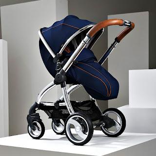 Ayak bölümü kapalı olan lacivert renkli bebek arabası veya puset
