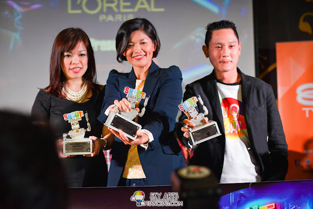 Ms. Saki Goh, the Marketing Director of L'Oreal Paris, Ms, Irene Zainul, Group GM of 8TV and NTV7,  Sean Ng, he CEO of Ninetology together presenting The Shout! Awards trophy.
