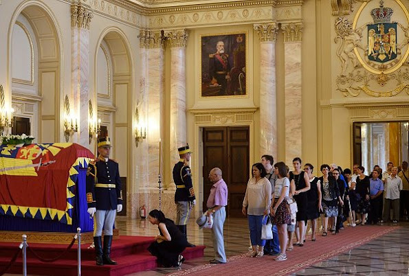 Hundreds of mourners have paid respect to the late Queen Anne of Romania, lying in state at the Royal Palace now the Art Museum of Romania, in Bucharest