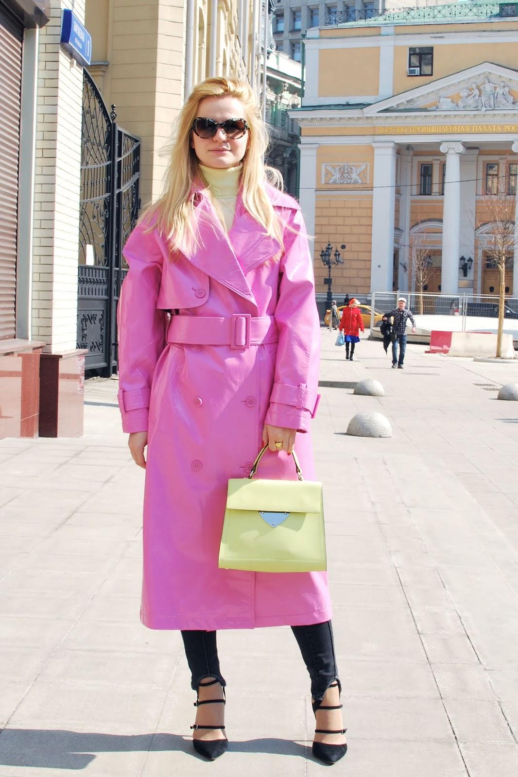 розовый виниловый плащ и сумка трапеция coccinelle