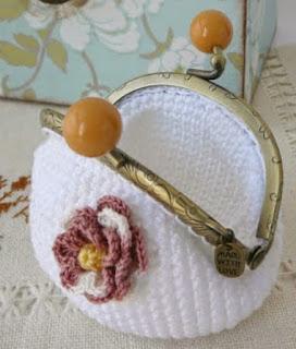 http://pitusasypetetes.blogspot.com.es/2014/03/monedero-crochet-patron-basico.html#more