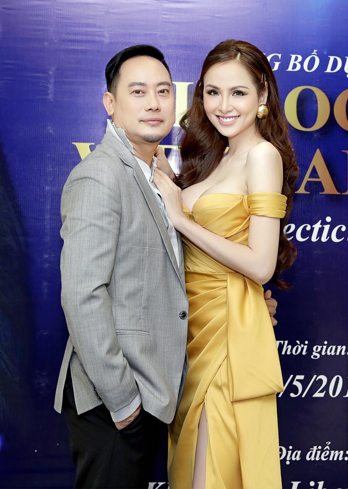 Hoa hậu Diễm Hương khoe vòng một căng tròn đầy quyến rũ bên cạnh NTK Võ Việt Chung.