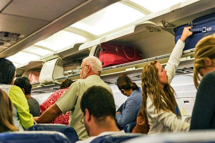 Uçak baş üstü dolabı sadece size ait değildir, diğer yolcularla paylaşmanız gerekmektedir.