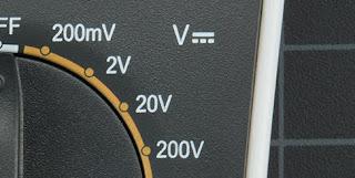 Gambar-Mengukur-Tegangan-Baterai-Menggunakan-Multimeter-2