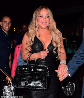 Singer Mariah Carey shows off curvaceous body