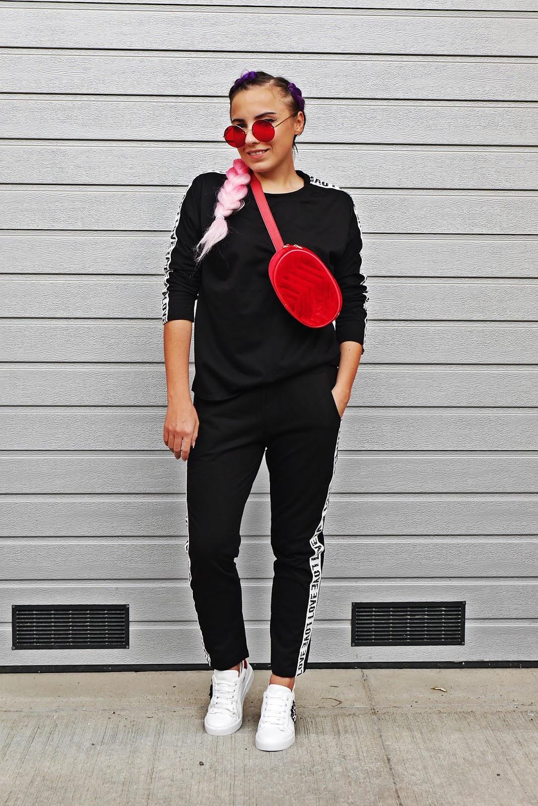 Czerwona welurowa nerka czarny komplet dreswoy napis love karyn blog modowy