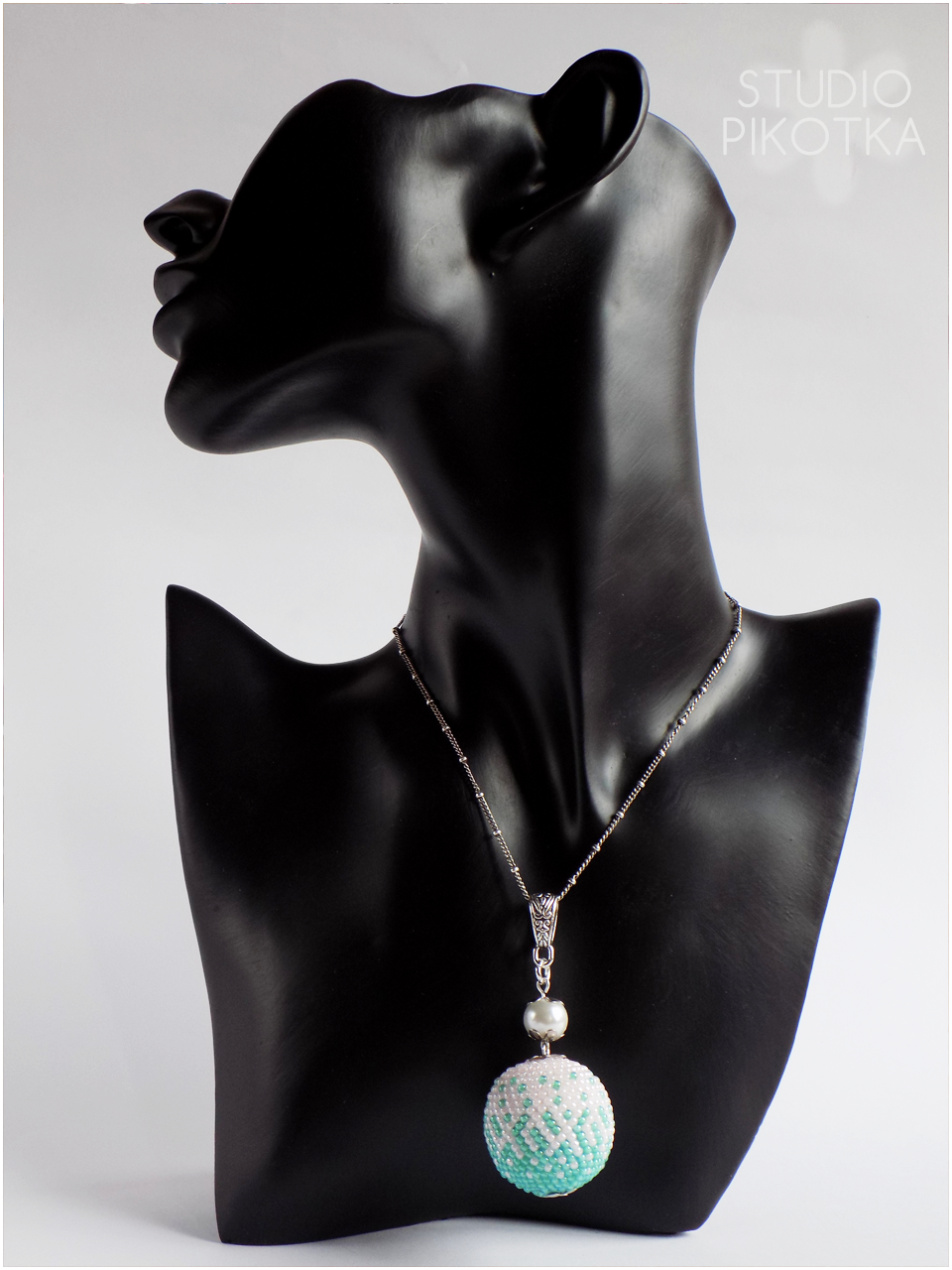 wisior, crochet bead, kulka szydełkowo-koralikowa, rękodzieło, handmade, biżuteria, ukośnik, koraliki toho, toho round, toho beads, jewellery,