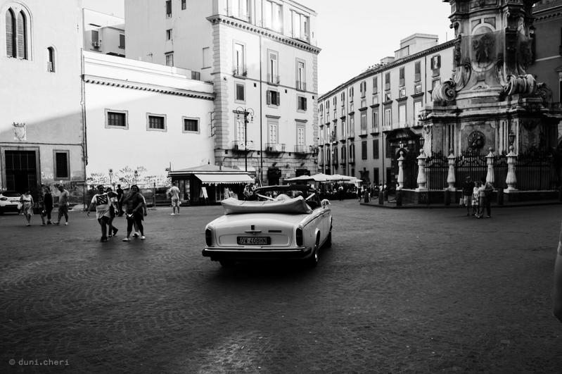 italien road trip neapel schwarz weiss hochzeit auto
