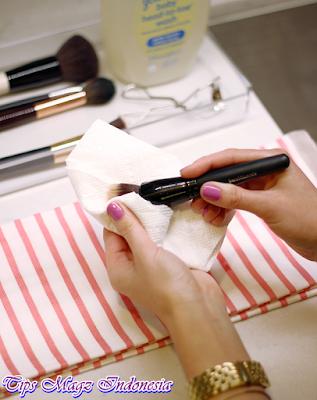 keringkan kuas makeup dengan tisu atau kain