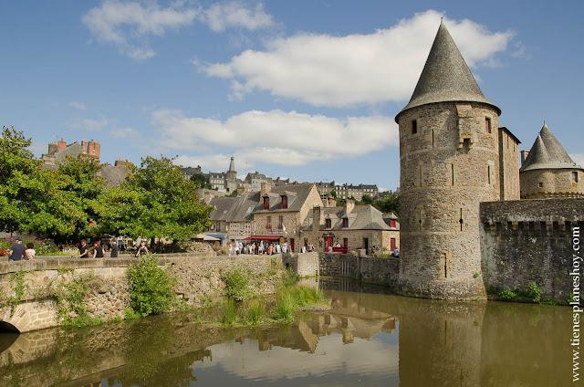 Fougeres pueblo bonito Bretaña Francesa castillo viaje