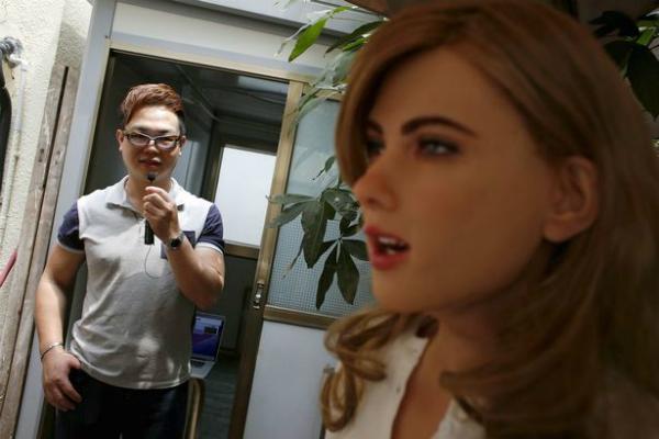 بالفيديو: رجل ينفق الآف الدولارات لصناعة روبوت على شكل إمرأة حسناء !