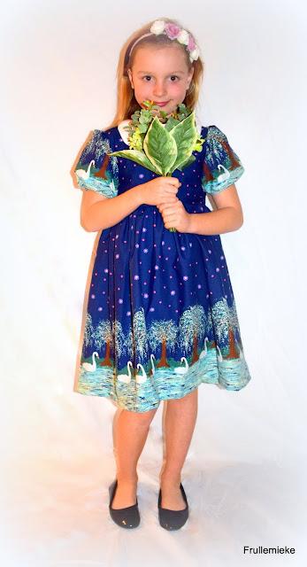 8a034989391941 Ik gebruikte een heel gekoesterd stoffenpareltje om deze jurk te maken en ik  ben helemaal verliefd op de nieuwe jurk voor mijn dochter.