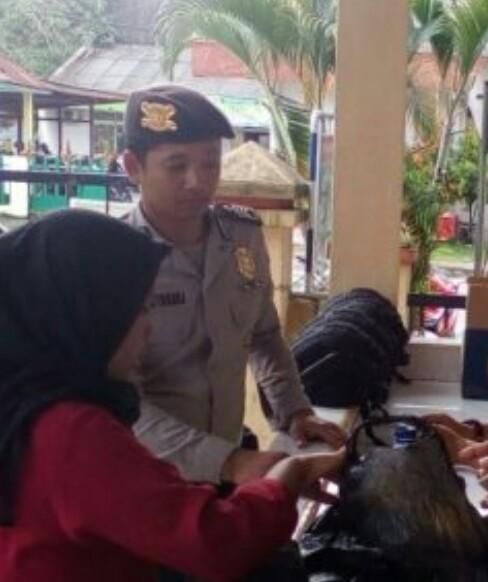 Petugas memeriksa barang bawaan tamu di Polres Tanjungbalai.