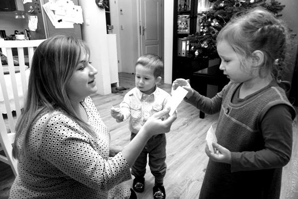 mama i dzieci łamią się opłatkiem