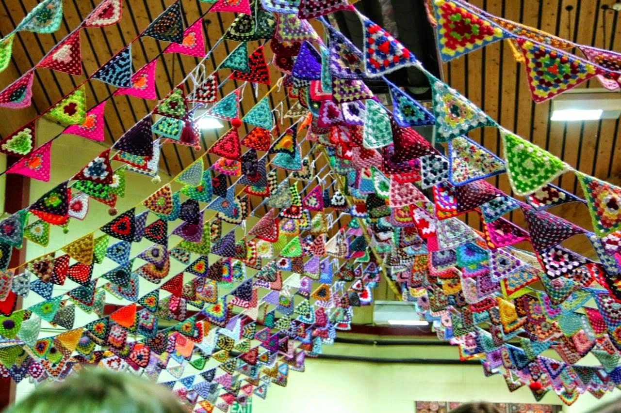 Banderines y guirnaldas para fiestas tejidas con ganchillo for Guirnaldas para fiestas infantiles