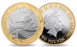 Descrição para deficientes visuais: 2 Libras e a face da Rainha Elizabeth, foram cunhadas aproximadamente 900 mil unidades desta moeda, com centro em cobre e níquel e anel em níquel e latão, pesa cerca de 12g e é muito parecida com o estilo de nossas moedas de 1 Real