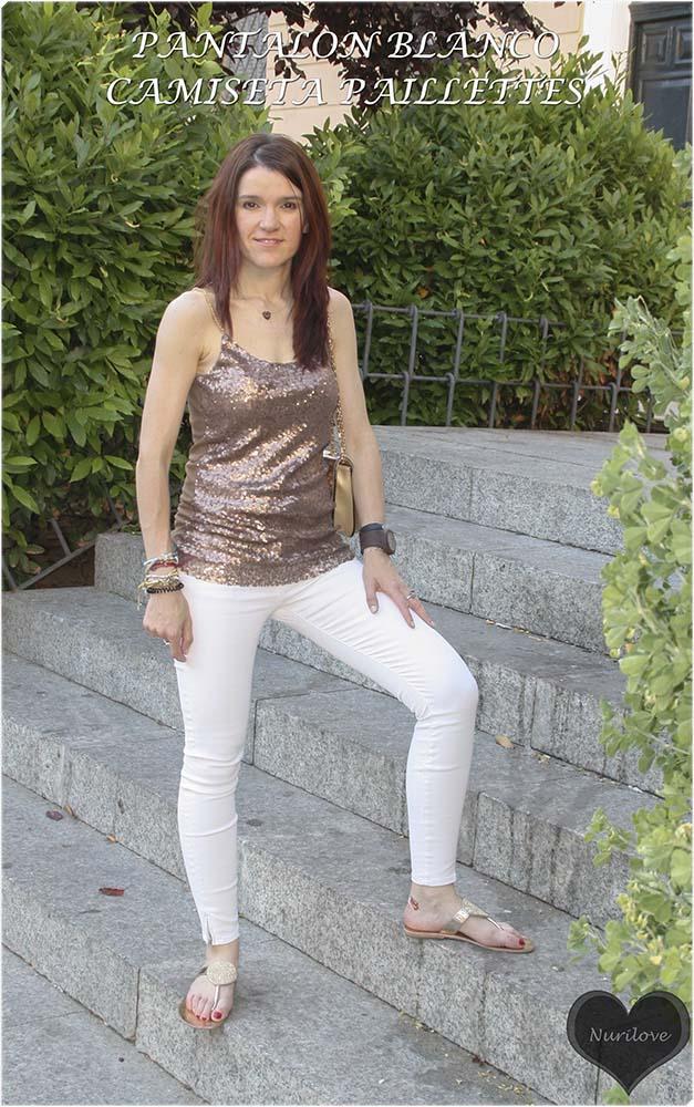 pantalón blanco combinado con una camiseta de tirantes de paillettes