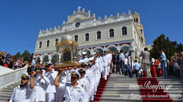 Τήνος: Χιλιάδες πιστοί ύψωσαν χέρια ικεσίας προς τη Μεγαλόχαρη!