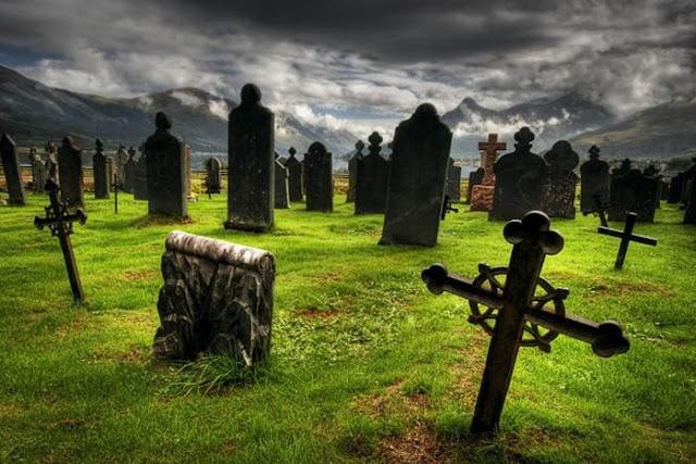 Enfiando seu polegar na mão ao passar pelo cemitério