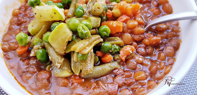 Lentejas guisadas con verduras salteadas