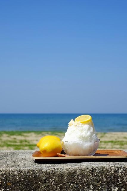 Swan ice shaver 極致鵝絨日式刨冰 鵝絨雪花冰 #療癒系冰品 #海邊有間鵝絨冰店 Kakigori Cafe ひむろ黃檸檬鵝絨冰在店外沙灘上-swan-kakigori-summer-beach-KAKIGORIcafeHimuro-shavedice-lime