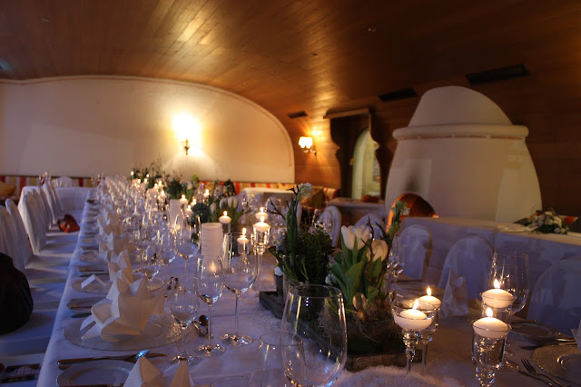 Kaminfeuer und Kerzen, Eisblau und Leuchtrot, Winterhochzeit in den Bergen von Bayern, Riessersee Hochzeitshotel Garmisch-Partenkirchen, Winter wedding in Bavaria, Germany