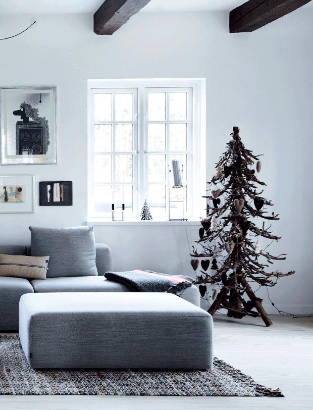 árbol de navidad en color marrón y detalles blancos