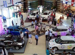 mungkin kalian yang sering jalan jalan di mall tentu pernah melihat pameran otomotif mula Auto Show : Cara Mobil Masuk Kedalam Mall