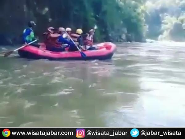 Arung jeram Sungai Cimanuk Garut