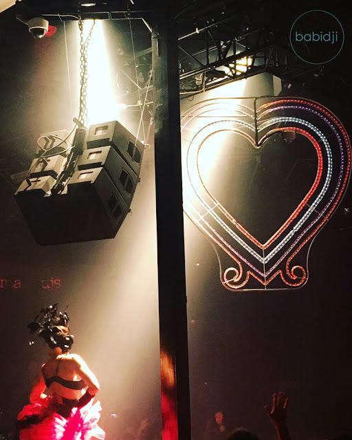 gogo danceuse habillée french cancan de dos lors d'une soirée Bob Sinclar au Pacha Club à Ibiza