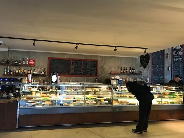 アイスランドのゴールデンサークルにあるゲイシール(間欠泉)の前の大きなレストラン兼おみやげ物屋さん