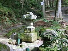安達盛長の墓