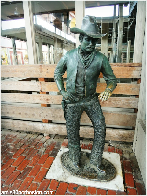 Escultura de un Vaquero en Fort Worth Stockyards, Texas