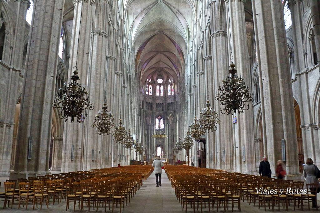 Interior de la Catedral de Saint Etienne, Bourges, Francia