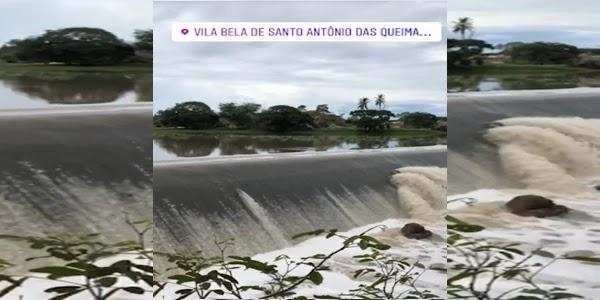 A barragem da Leste que fica próxima à cidade de Queimadas transbordou nesta terça-feira (26), o reservatório abastece os municípios de Queimadas e Santaluz.