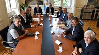 En tren de mantener la tregua y evitar que Mauricio Macri pague el eventual costo político de vetar la denominada ley antidespidos, las tres vertientes de la CGT trabajan junto con el Ministerio de Trabajo y un puñado de legisladores en una salida alternativa.