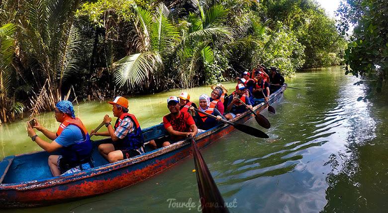aktivitas canoeing di sungai Cigenter Ujung Kulon Banten