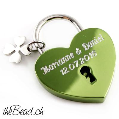 Liebesschloss in grün oder grünes herz liebes schloss mit kleeblatt von thebead