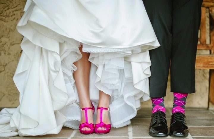 Vestido de novia con zapatos fucsia