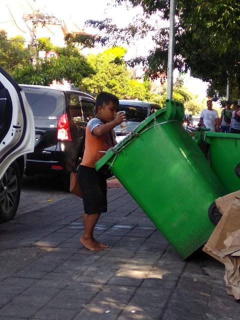 Viral, Bocah Makan dan Minum Makanan Sisa di Tong Sampah Karena Kelaparan