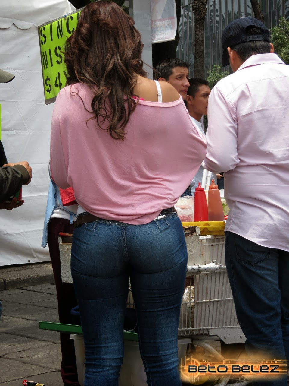 Espiada con licra jeans bien pegada a sus nalgas - 5 1