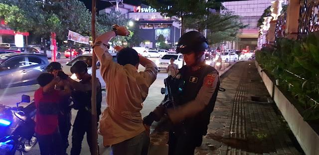 Tiga Remaja Tertangkap Bawa Senjata Tajam Malam-malam